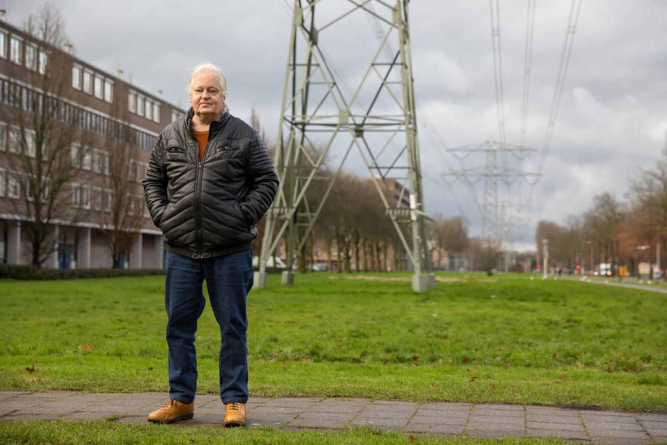 Auteur Sjoerd Punter op de plek waar hij inspiratie opdeed voor zijn debuutroman 'Ontspoord': de Bisschop Bekkerslaan in Eindhoven.