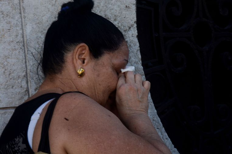 A woman mourns the death of Cuban historic revolutionary leader Fidel Castro, who died on the eve at 90, in Havana on November 26, 2016.  Cuban revolutionary icon Fidel Castro died late Friday in Havana, his brother, President Raul Castro, announced on national television. Castro's ashes will be buried in the historic southeastern city of Santiago on December 4 after a four-day procession through the country. / AFP PHOTO / STR Beeld AFP