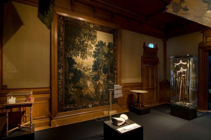 Het wandtapijt 'Clitia en Apollo' uit de Koelewijnzaal in het Stedelijk Museum is van de wand gehaald voor restauratie. Het wandtapijt van 4 bij bijna 3 meter wordt eerst ingevroren om eventuele ongedierte te doden.