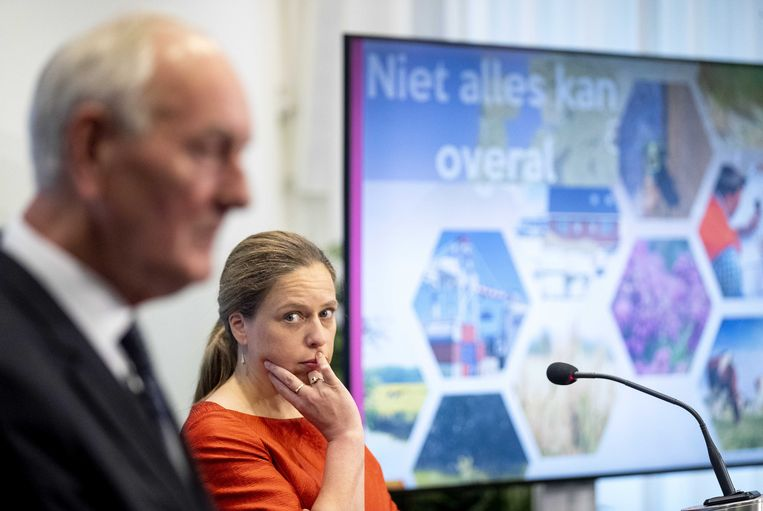 Minister Carola Schouten van landbouw, natuur en voedselkwaliteit (rechts) en voorzitter Johan Remkes tijdens de presentatie van het eindrapport van het Adviescollege Stikstofproblematiek. Beeld ANP