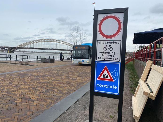 Een bord waarschuwt automobilisten: rijden op de Waalkade is verboden. Wie dat tóch doet, krijgt vanaf 1 mei een bon.