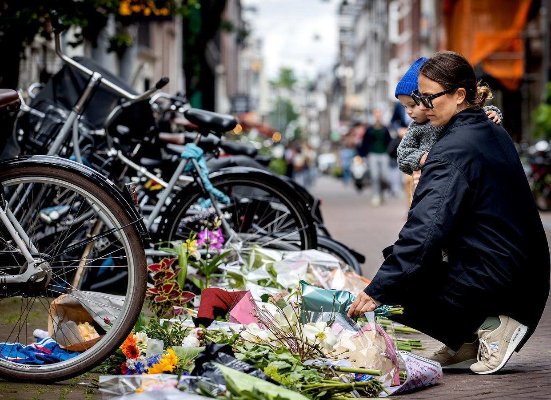 Bloemen en steunbetuigingen op de plek waar De Vries werd neergeschoten.  Beeld Hollandse Hoogte /  ANP