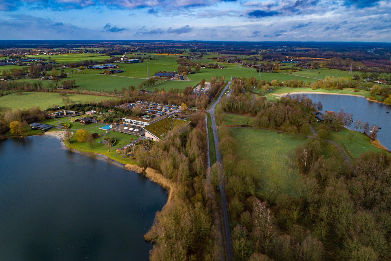 Leisurelands, eigenaar van recreatieterrein Kivietsveld bij Emst, wil een eenvoudig hotel met 80 kamers bouwen op het open veldje rechts op de foto bouwen bij wellnesscentrum de Veluwse Bron (links in beeld).
