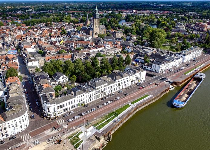 De IJsselkade in Zutphen. Burgemeester en wethouders van Zutphen zetten vol in op verplaatsing van de kermis naar de IJsselkade.