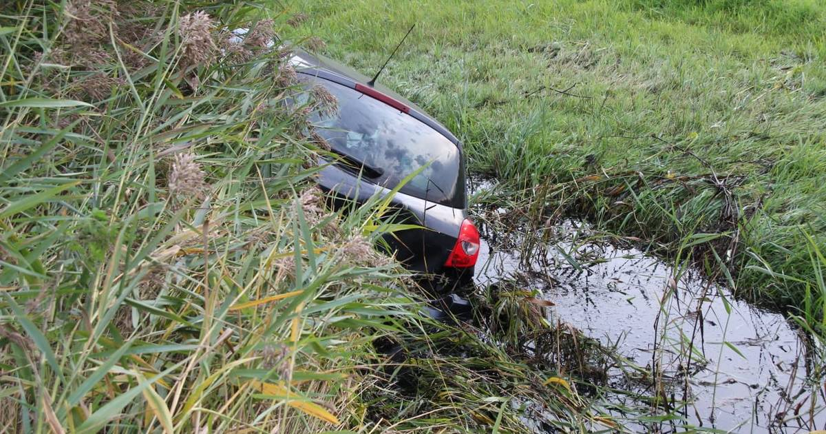 Auto belandt op de kop in sloot na botsing op Rijksweg bij Meppel.