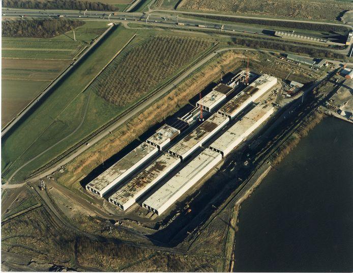 Het tunnelbouwdok bij Barendrecht in 1989 met delen van de Willemsspoortunnel.