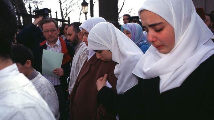 Nabela Benaïssa aux funérailles de sa petite soeur Loubna en 1997.
