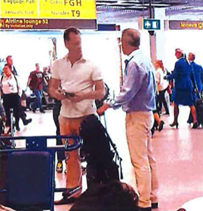 De advocaten Leon van Kleef (links) en Nico Meijering op Schiphol in beeld gebracht door het observatieteam van de politie.