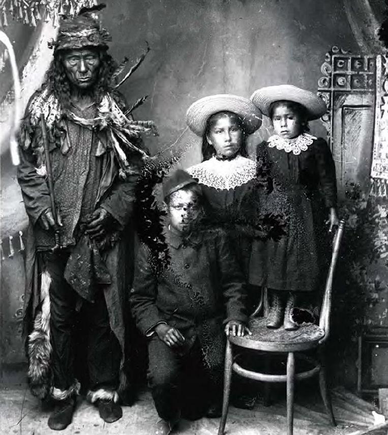 Een First Nations-man met leerlingen van de Qu'Appelle Indian Industrial School, 1900.  Beeld EPA