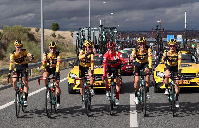 Het Nederlandse wielerteam Jumbo-Visma proost tijdens de koerst vast op de eindwinst van kopman Primoz Roglic.  Beeld EPA