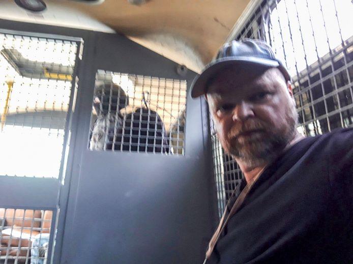 AD-correspondent Joosts Bosman in het ME-busje na zijn arrestatie in Moskou vanmiddag