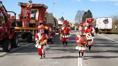 Carnavalsstoet trekt door Moerbeekse straten