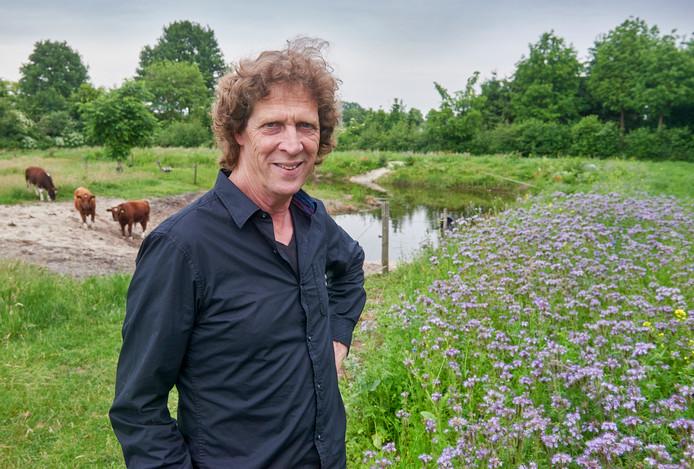 Jan Ottens bij de poelen op zijn terrein.