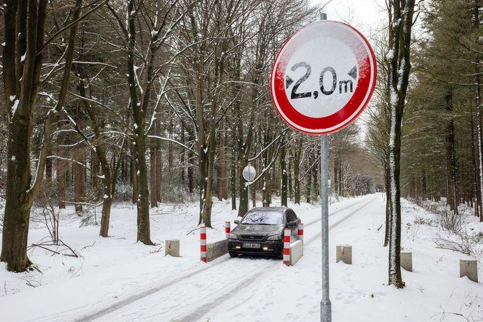 Met een auto lukt het wel, maar bredere voertuigen zoals vrachtwagens en tractoren, kunnen niet meer doorrijden op de Prins Hendriklaan in Esbeek/Lage Mierde.