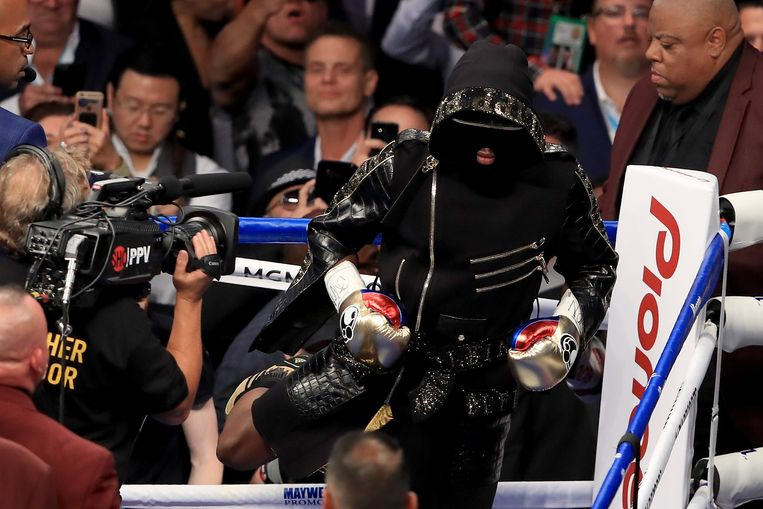 LAS VEGAS, NV - AUGUST 26: (L-R) Floyd Mayweather Jr. enters the ring for his super welterweight boxing match against Conor McGregor on August 26, 2017 at T-Mobile Arena in Las Vegas, Nevada.   Sean M. Haffey/Getty Images/AFP == FOR NEWSPAPERS, INTERNET, TELCOS & TELEVISION USE ONLY == Beeld AFP