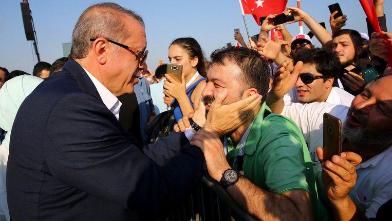 Op een massaal bezochte bijeenkomst in Istanbul keren Turken zich tegen de couppoging van 15 juli. Beeld anp