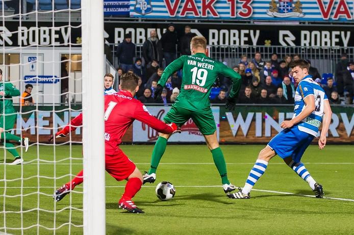Groningen speler Tom van Weert (m) scoort de 0-2, PEC Zwolle keeper Mickey van der Hart (l) en PEC Zwolle speler Ted van de Pavert (r) zijn kansloos