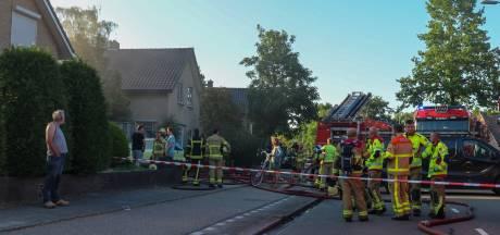 Brandende carport in Uddel trekt veel publiek, ook schade aan woning