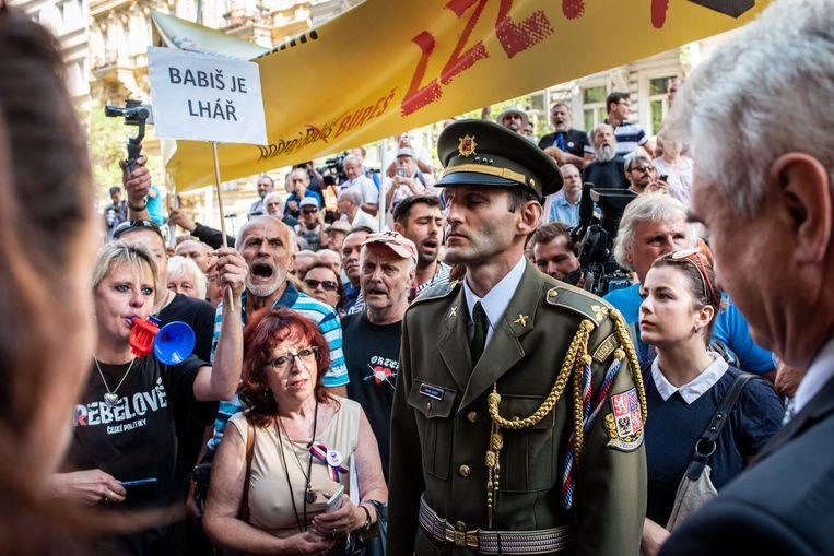 Tegenstanders van de Tsjechische premier Andrej Babiš protesteren bij het gebouw van de publieke radio-omroep in Praag.  Beeld Simon Lenskens
