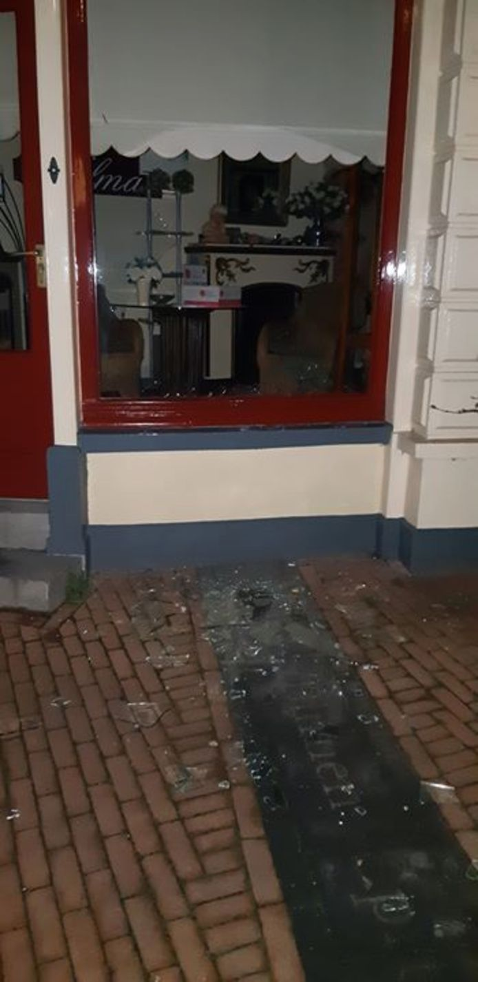 Getuigen belden de politie nadat ramen waren ingegooid.