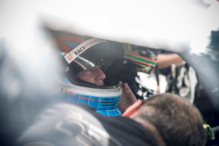 """""""De laatste wens van Marieke Vervoort"""".  Marieke wordt vastgemaakt in de Lamborghini-racewagen"""