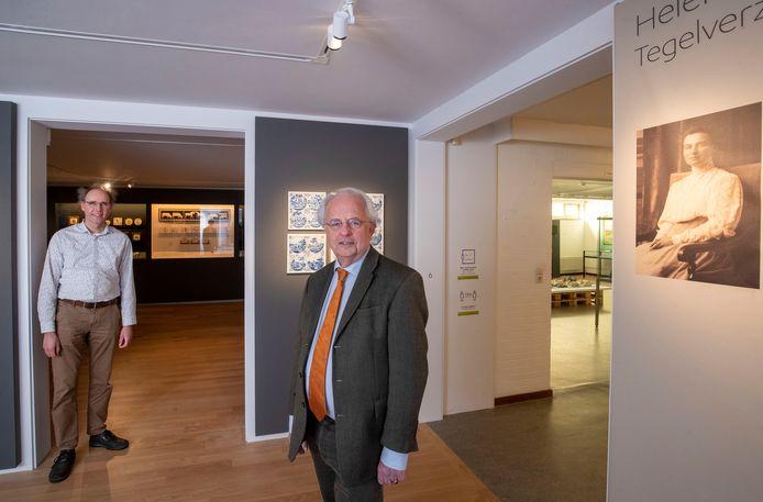 Directeur Eric Mackay (rechts) en conservator Johan Kamermans van het Nederlands Tegelmuseum.
