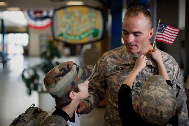 Op 2 september 2010 keert Brian Eisch –afgetraind, op-en-top held – voor het eerst terug uit Afghanistan, hij wordt verwelkomd door zijn twee trotse zonen Isaac en Joey.  Beeld Netflix