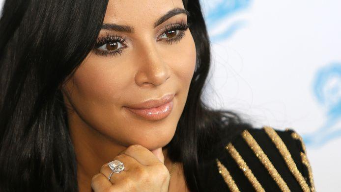 Kim Kardashian met de ring ter waarde van 4 miljoen euro die haar in Parijs werd ontnomen.