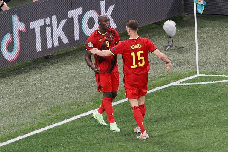 Romelu Lukaku en Thomas Meunier vieren het derde doelpunt van de Rode Duivels. Beeld BELGA