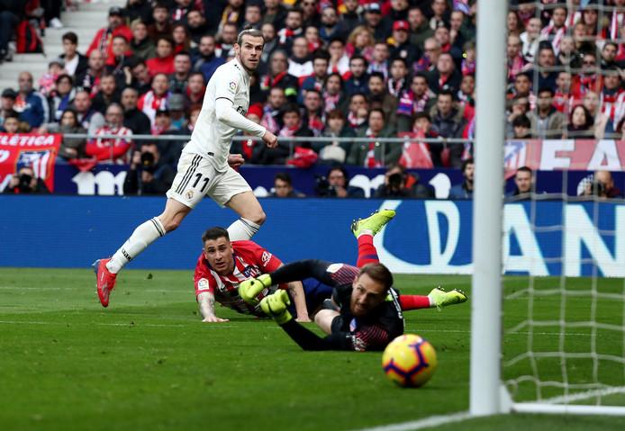 Gareth Bale maakt goal nummer drie voor Real tegen Atlético.