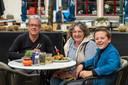 Kees en Jenny Bazen zitten met kleinzoon Tijs Geense op het terras van café De Markies op het Beursplein in Bergen op Zoom.