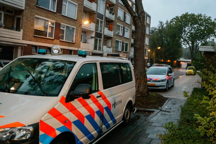 Politie is ter plaatse bij de woning die is overvallen in de Dahliastraat in Zwijndrecht.
