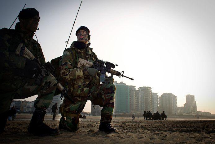 Het Korps Mariniers voert een landing uit op het strand van Vlissingen.