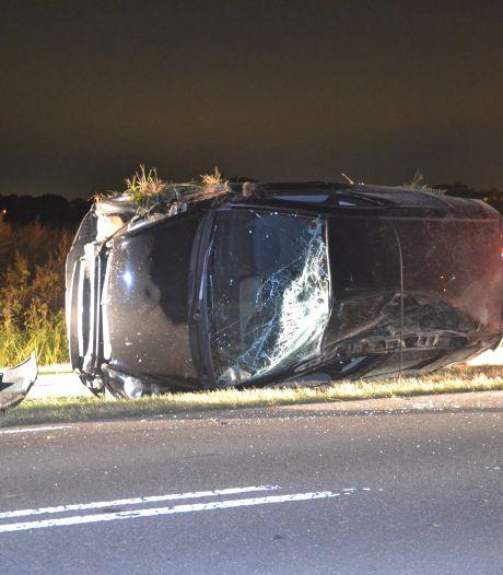 Auto raakt van weg en belandt op zijkant in Altforst, bestuurder naar ziekenhuis