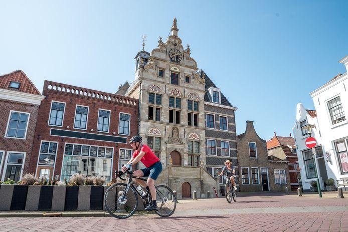 De gevel van het voormalige stadhuis in Brouwershaven schittert weer als 400 jaar geleden.