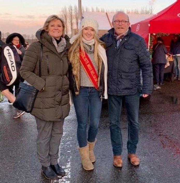 Selena met burgemeester Rik Frans op de kerstmarkt van Stabroek.