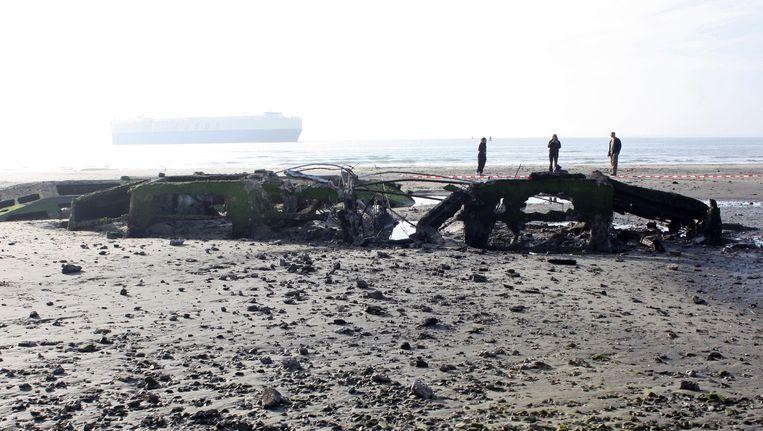 Het ontplofte caisson op het strand van Ritthem. Beeld ANP