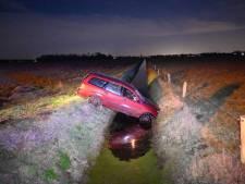 Auto raakt van de weg in Vriezenveen en belandt nét niet in water