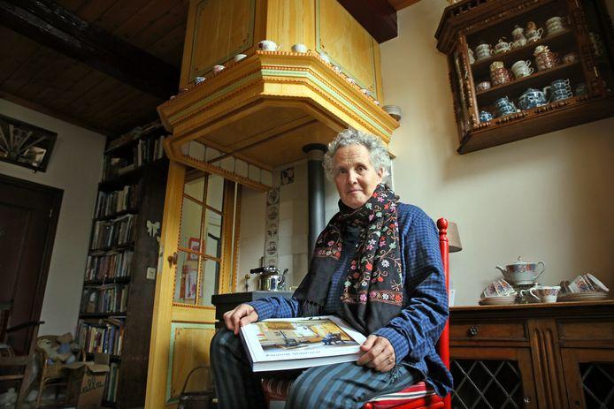 Annie van Gemert in een Staphorster interieur dat ook in haar boek Kleurrijk Staphorst is opgenomen.