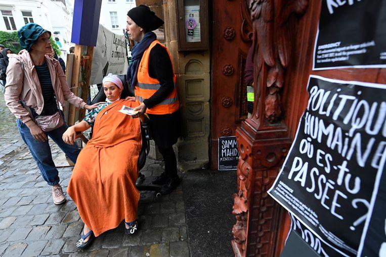 Een hongerstaakster in de Brusselse Begijnhofkerk.  Beeld Photo News