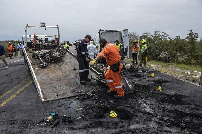 Brandweerlieden verwijderen de resten van de tankwagen.