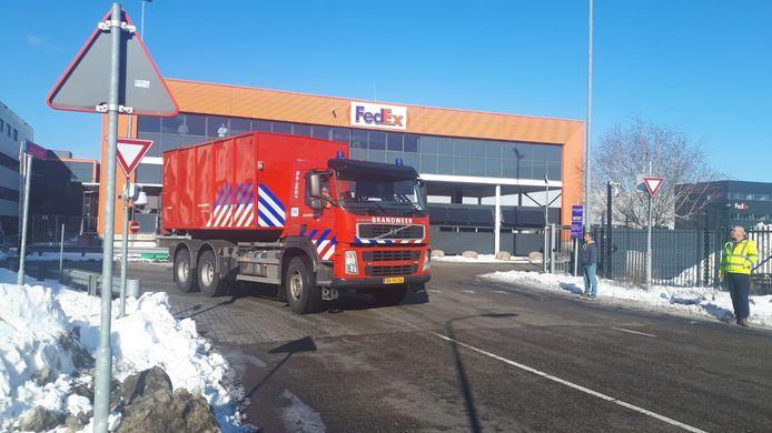 De brandweer vertrekt bij het TNT-pand in Duiven.