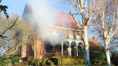 Villa zo goed als volledig uitgebrand, nadat weduwe kaarsje brandt voor overleden man