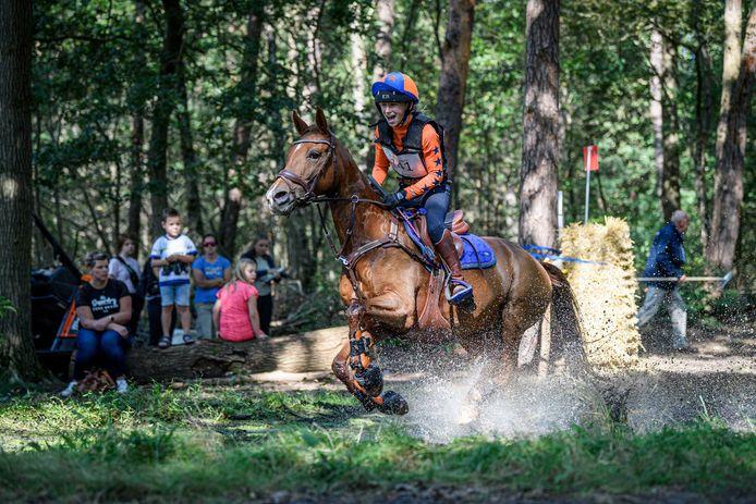 Het plezier straalt er vanaf als ruiter Demi van Bijsterveld met haar pony Golden Juwel de waterbak bestormt. De waterbak is een spectaculair onderdeel van de cross country en trekt altijd veel publiek.
