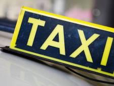 'Laat noodlijdende taxibedrijven ouderen naar vaccinatielocaties vervoeren'