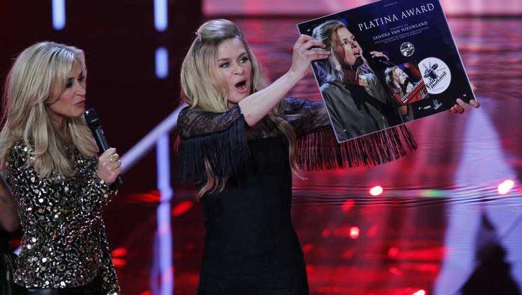 Sandra ontvangt een platina award tijdens de tweede liveshow van The Voice Beeld anp