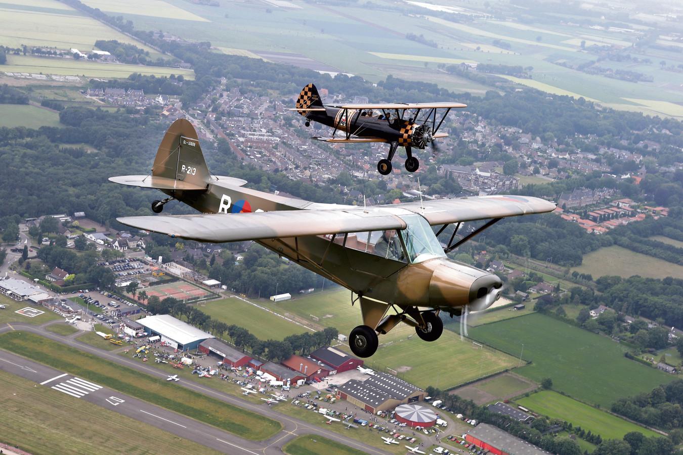 Deze Piper Super Cub en de Boeing Stearman op de achtergrond van Vliegend Museum Seppe blijven door het slechte weer aan de grond.