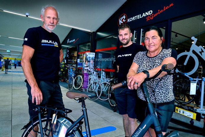 Ruud Korteland met zijn vrouw en zoon in hun fietsenzaak Korteland Rijwielen.