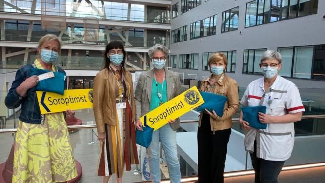"""Borstkankerpatiënten AZ Alma worden getroost met 'boezemtas': """"Heel veel informatie en leuke verzorgingsproducten"""""""