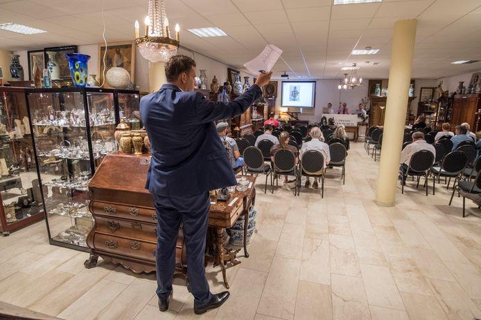 Laurens ten Vergert doet de telefonische biedingen editie:Enschede Foto Reinier van Willigen